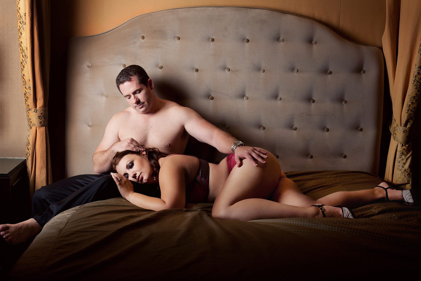 beautiful couples boudoir photography pose.