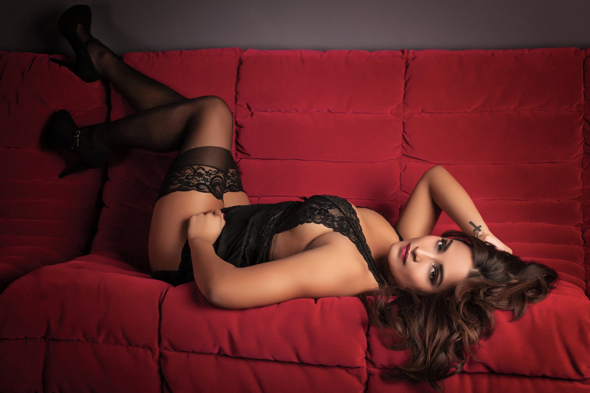 Vibrant colors and strong poses work well in boudoir photos.
